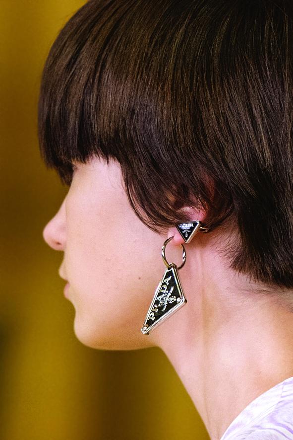 Mẫu hoa tai của Prada