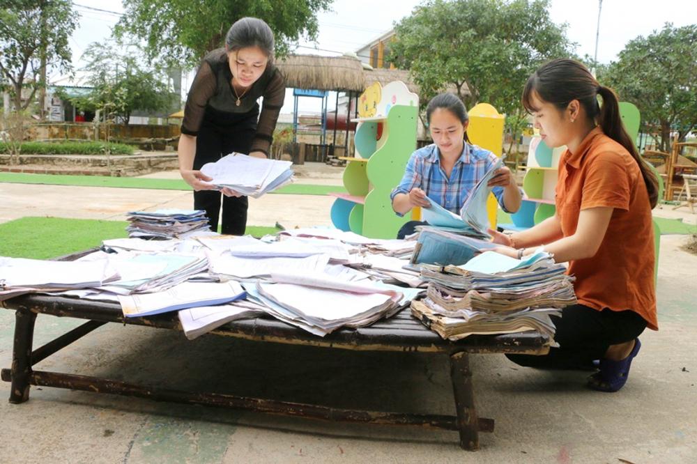 Đến trưa 19/11, các cô giáo Trường mầm non Phong Bình 2 vẫn tiếp tục phơi tập, sách  do bị ngâm nước lũ dài ngày