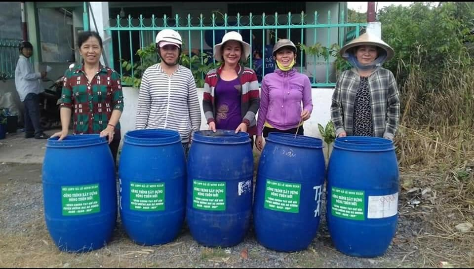 Hội trao tặng thùng đựng rác cho các khu phố, ấp