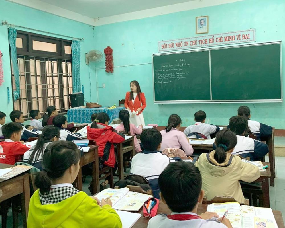 Cô trò vùng lũ nỗ lực dạy, học để kịp chương trình