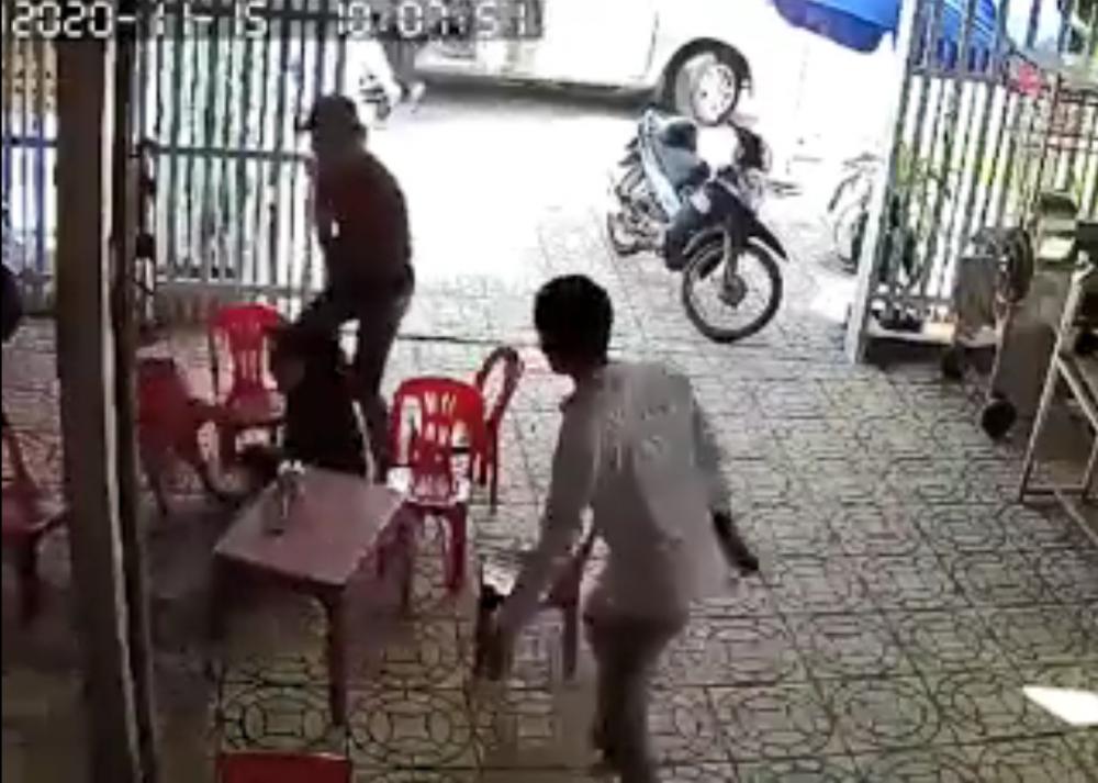 Chị Hằng bị nhóm người bắt cóc khống chế, kéo ra xe ô tô. (Ảnh cắt từ clip)