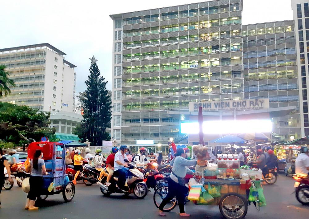 Xe hàng rong lấn lòng đường để buôn bán trước cổng  bệnh viện Chợ Rẫy