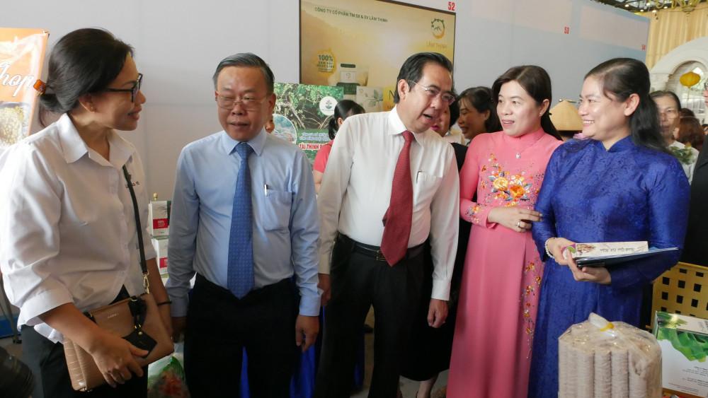 Các đồng chí lãnh đạo tham quan các gian hàng trưng bày sản phẩm khởi nghiệp tại ngày hội