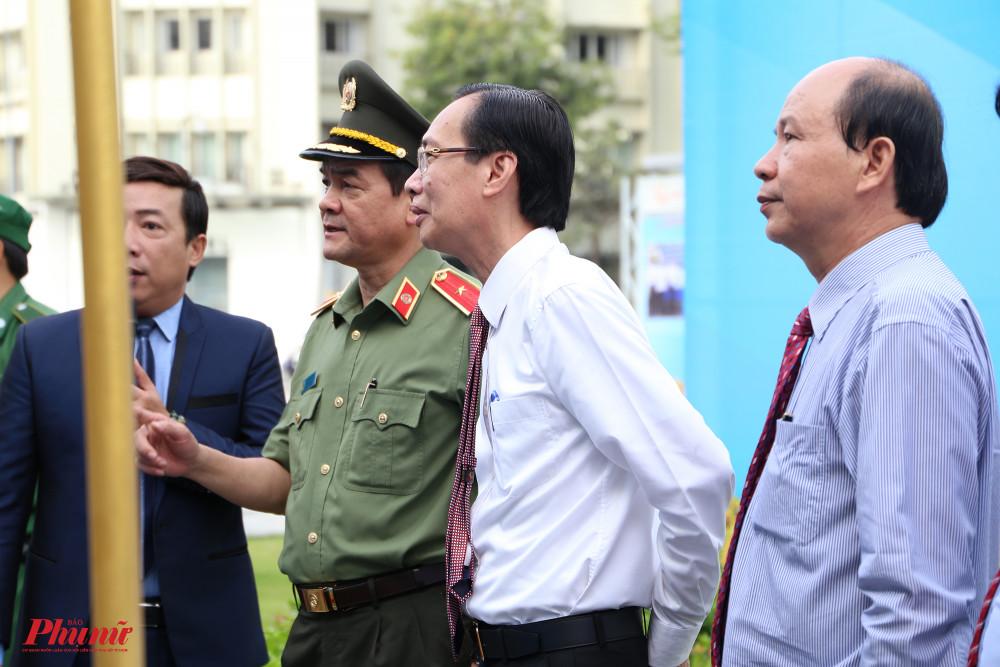 Thiếu tướng Lê Hồng Nam (quân phục xanh) giám đốc công an TPHCM cũng có mặt để tham dự khai mạc triển lãm