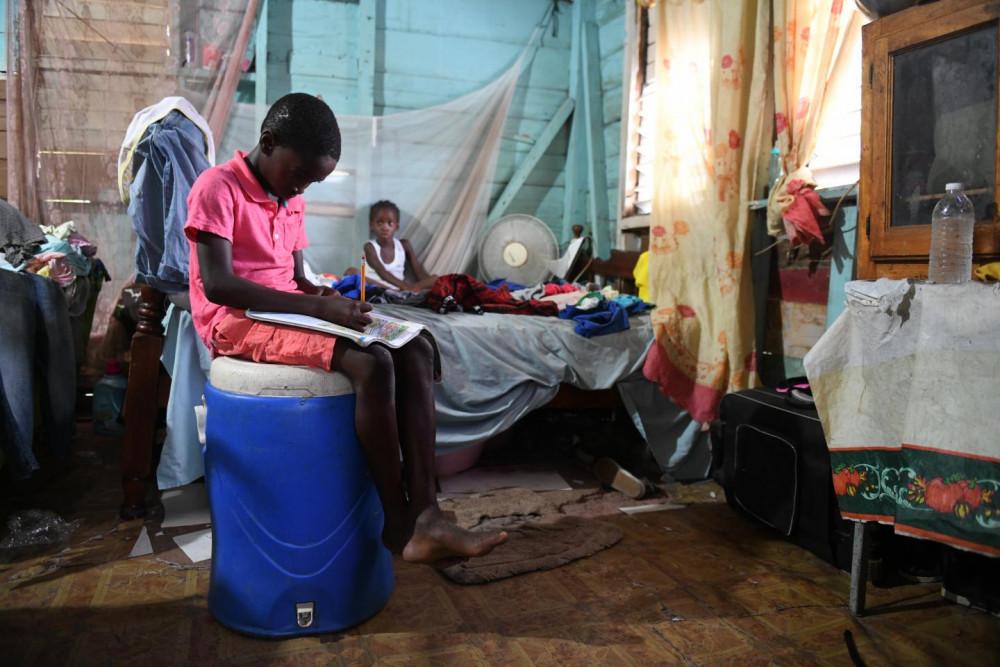 Một học sinh tại Jamaica cố gắng hoàn thành bài tập về nhà trong lúc trường học đóng cửa vì dịch bệnh.