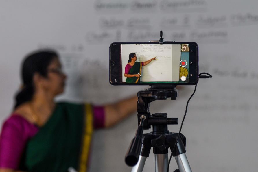 Một giáo viên tại Ấn Độ dùng điện thoại để thu hình bài giảng cho học sinh. (Ảnh: Getty Images)