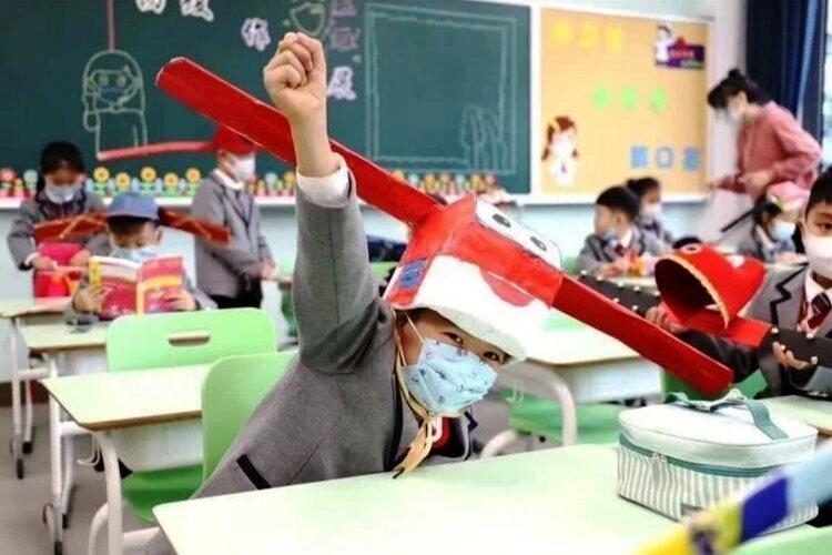 Các giáo viên tại một ngôi trường ở Trung Quốc thiết kế chiếc nón giãn cách ngộ nghĩnh để các bé không cảm thấy lạ lẫm.
