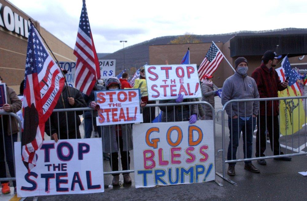 Khoảng 100 người ủng hộ ông Trump cầm cờ và biển hiệu đứng gần Tòa nhà Liên bang ở Williamsport, bang Pennsylvania hôm 17/11.
