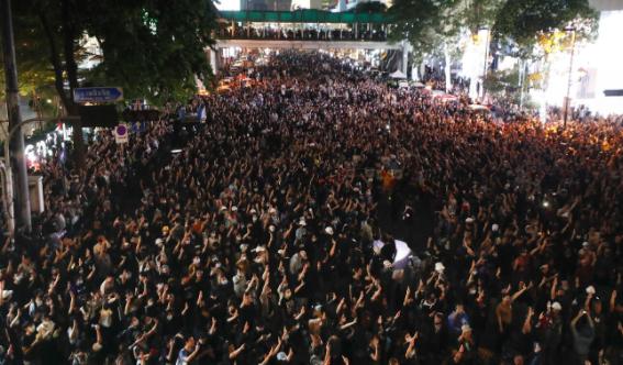 Những người biểu tình ủng hộ dân chủ giơ ba ngón tay biểu tình chào trong cuộc biểu tình chống chính phủ ở Bangkok hôm thứ Tư. Ảnh: AP
