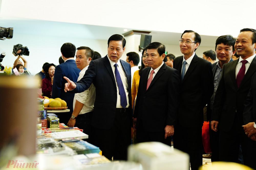 Lãnh đạo TPHCM đang tham quan triển lãm các quầy quảng bá du lịch của TPHCM và 8 tỉnh Tây Bắc mở rộng diễn ra vào ngày 14-15/11.