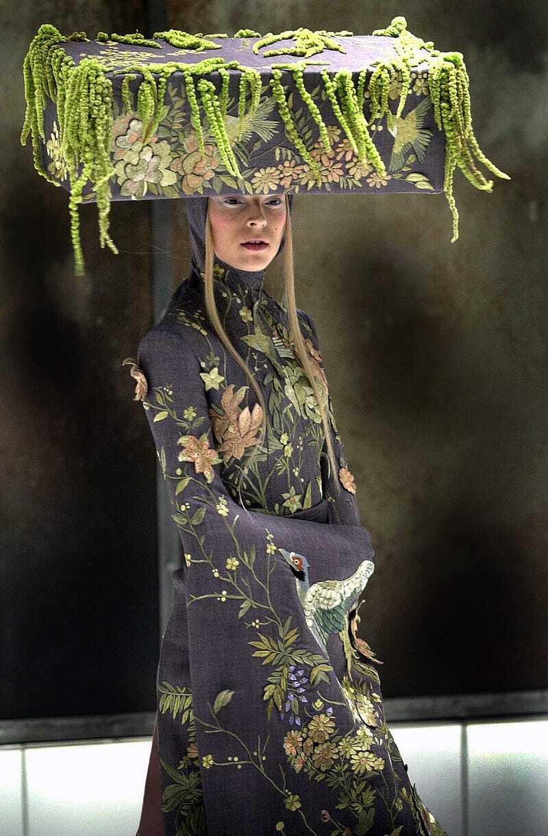 Bộ sưu tập VOSS năm 2001 của Alexander McQueen có lẽ là một trong những show diễn mang tính biểu tượng nhất của anh. Show diễn được lấy cảm hứng từ nhà văn người Anh Michelle Olley, Toàn bộ sàn catwalk được gói gọn trong một hộp kính với khung cảnh giống hệt một nhà thương điên. Toàn bộ người mẫu đều quấn băng quanh đầu.