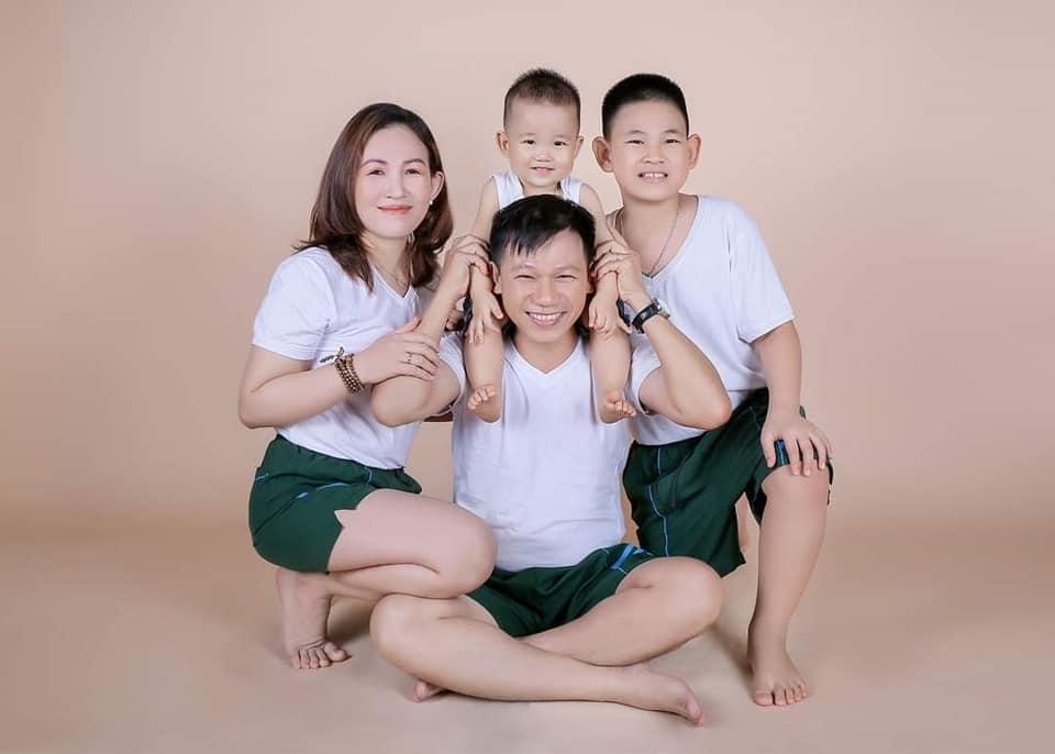 Có người vợ giỏi chịu đựng, biết hy sinh và những đứa con ngoan, thầy giáo Nam luôn khoe với mọi người rằng mình là người may mắn (Ảnh nhân vật cung cấp)