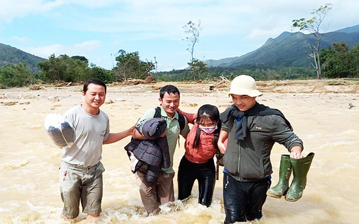 Thầy giáo, cô giáo Trường tiểu học - THCS Hướng Sơn, huyện Hướng Hóa (Quảng Trị) lội suối giữa mùa lũ đến trường dạy học.