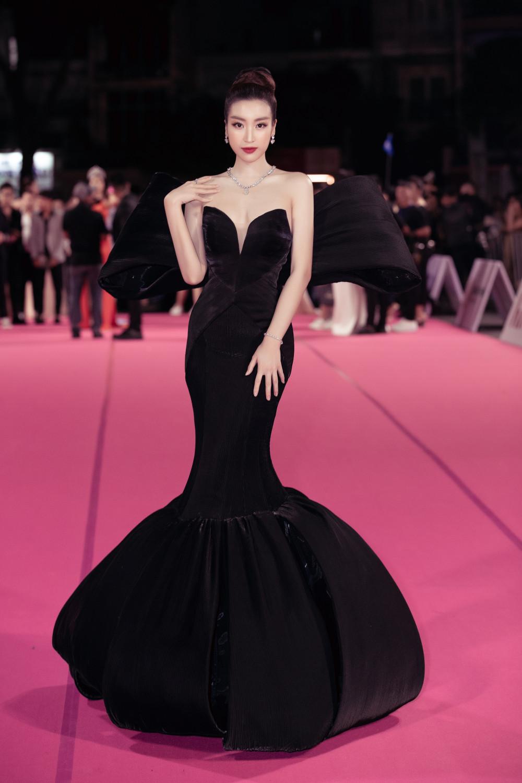 Hoa hậu Đỗ Mỹ Linh - cô gái xinh đẹp và trẻ tuổi nhất trong dàn Ban giám khảo năm nay cũng có mặt trên thảm đỏ từ sớm. Nàng hậu chọn lựa thiết kế độc đáo trong sắc đen huyền bí, đầy quyền lực cùng với đó là bộ trang sức trị giá gần 2 tỷ đồng.