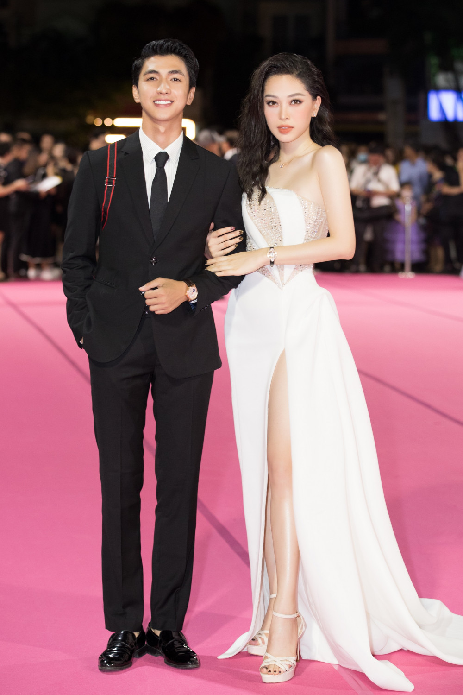 Á hậu Phương Nga lại tay trong tay cùng diễn viên Bình An sải bước đến thảm đỏ sự kiện.