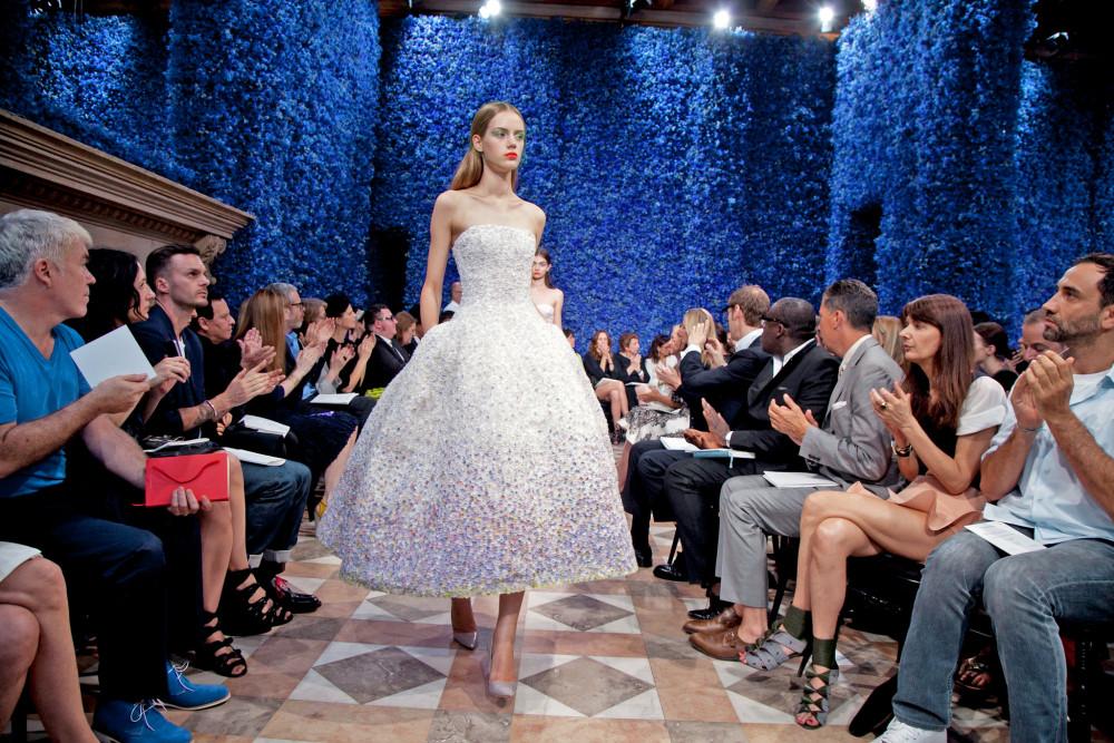 Khi Raf Simon đảm nhiệm vị trí Giám đốc sáng tạo tại Christian Dior.Show diễn ra mắt của anh tại nhà mốt này vào năm 2012 gây ấn tượng với hàng triệu bông hoa mở ra một chương sử mới cho nhà mốt Paris. Mặc dù nhiệm kỳ của Simon tương đối ngắn ngủi nhưng danh tiếng và đóng góp của anh vẫn được tôn vinh cho đến bây giờ.