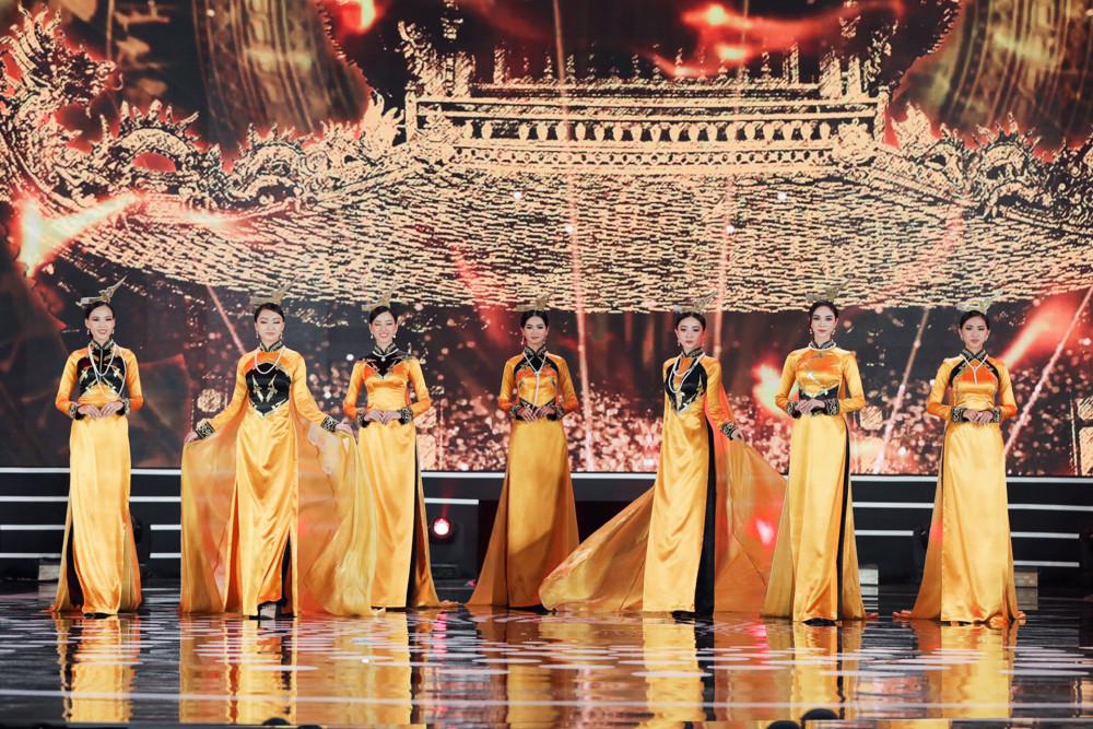Hoa hậu Ngọc Hân trình diễn cùng các thí sinh