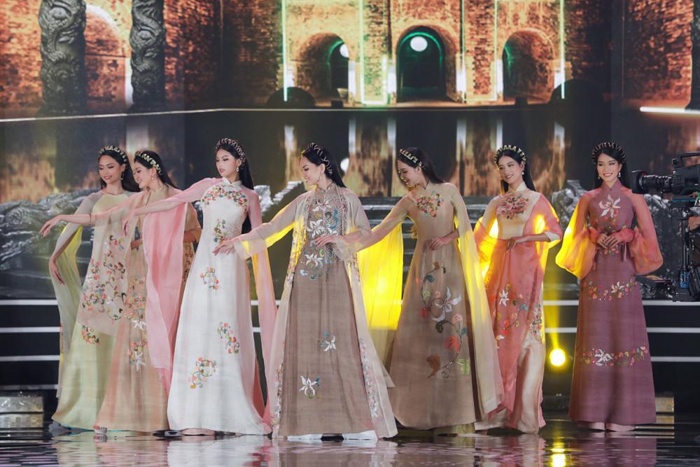 Các thí sinh trình diễn BST của NTK Ngọc Hân với ý tưởng từ 1.000 năm Thăng Long - Hà Nội