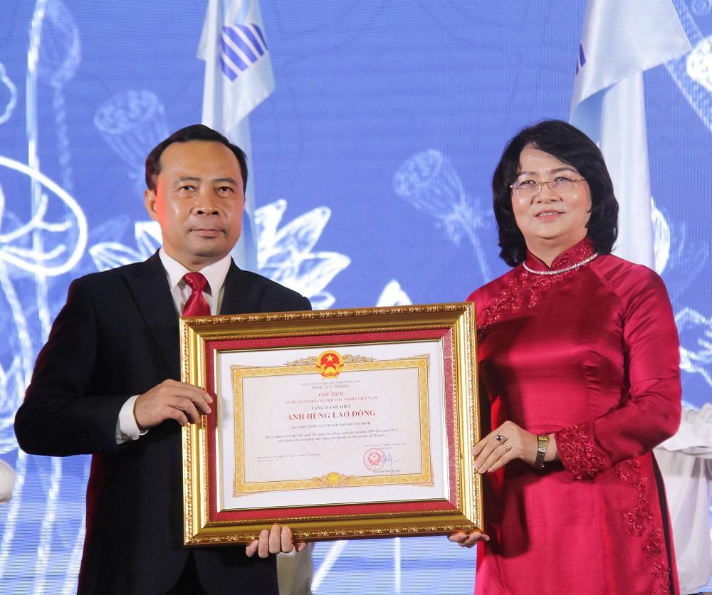 Phó Chủ tịch nước Đặng Thị Ngọc Thịnh trao tặng danh hiệu Anh hùng lao động hời kỳ đổi mới cho lãnh đạo ĐHQG-HCM
