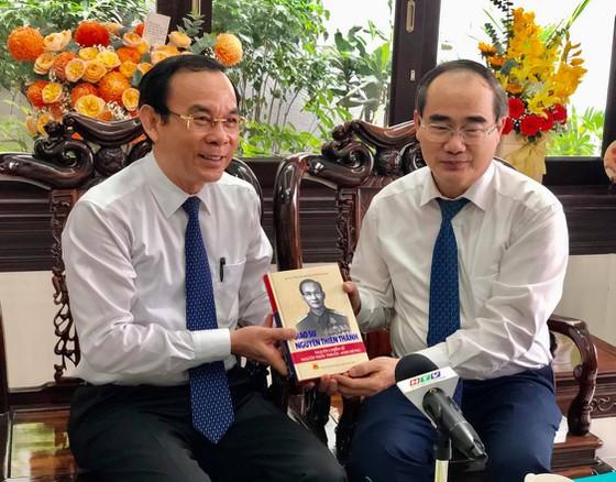 GS Nguyễn Thiện Nhân trao tặng món quà đặc biệt cho Bí thư Thành ủy Nguyễn Văn Nên