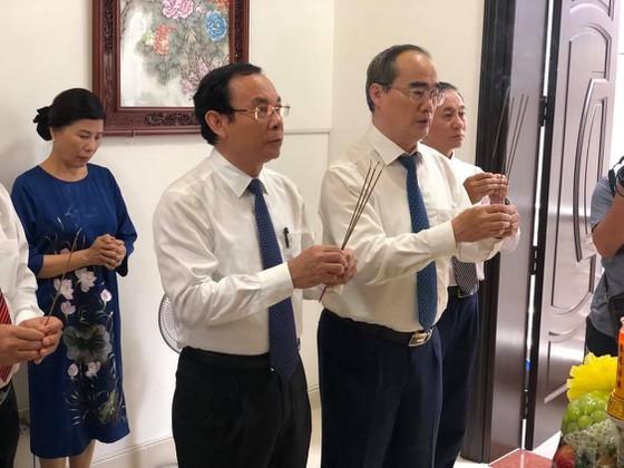 Bí thư Thành ủy TP.HCM Nguyễn Văn Nên thắp hương tưởng nhớ cố Giáo sư Nguyễn Thiện Thành