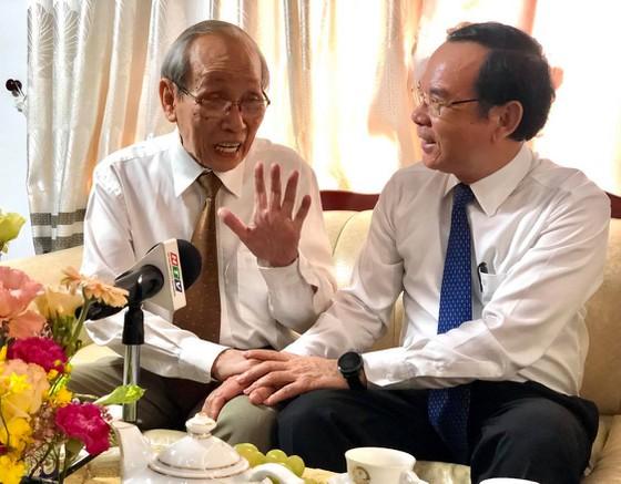 GS Trần Hồng Quân - nguyên Bộ trưởng Bộ GD-ĐT - chia sẻ nhiều vấn đề giáo dục với Bí thư Thành ủy TPHCM Nguyễn Văn Nên