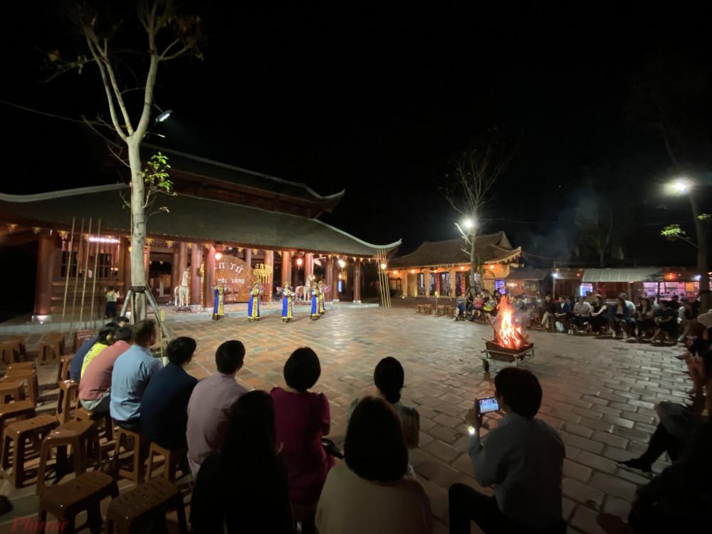 Du khách đang xem chương trình biểu diễn nghệ thuật tại Yên Tử (Quảng Ninh). Ảnh: Quốc Thái