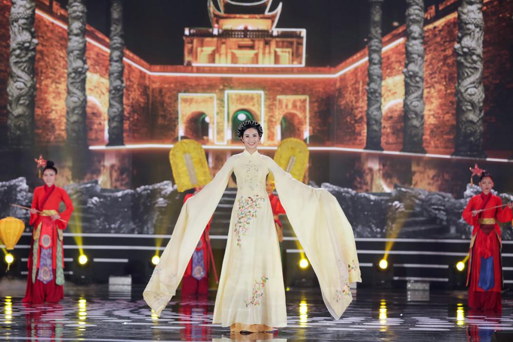 Hoa hậu Ngọc Hân trình diễn áo dài cùng thí sinh