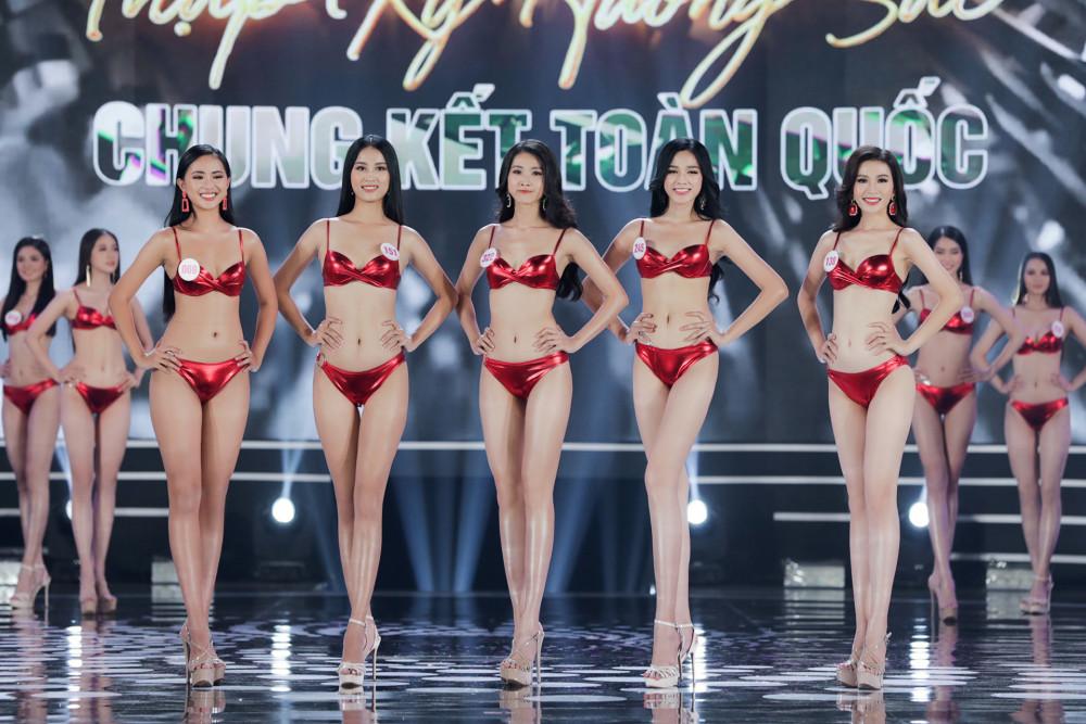 Các thí sinh trình diễn bikini màu đỏ nổi bật