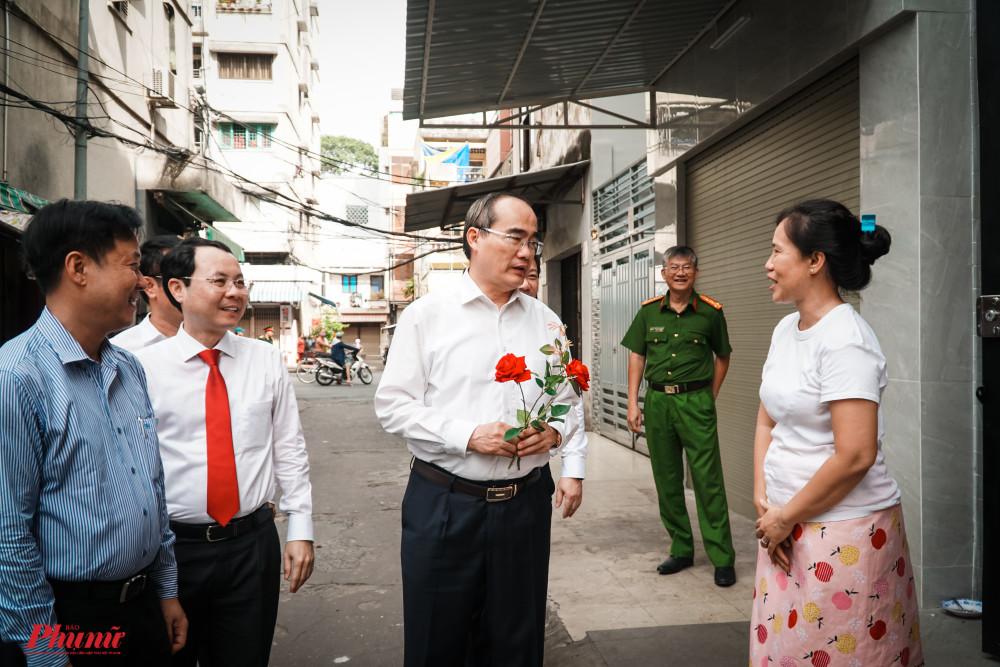 Ông Nguyễn Thiện Nhân đã hỏi thăm sức khỏe các thanh viên trong gia đình, không quên chúc cả nhà dồi dào sức khỏe