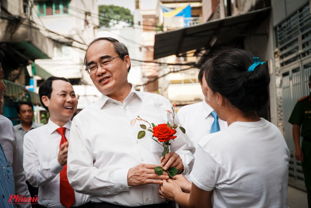 Ông Nguyễn Thiện Nhân bất ngờ khi nhận được hoa từ người dân bên đường nhân ngày Nhà giáo Việt Nam 20/11