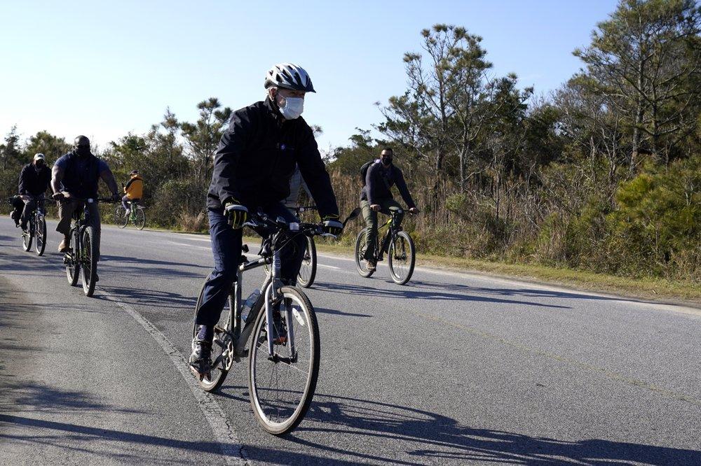 Joe Biden đạp xe tại Công viên Tiểu bang Cape Henlopen ở Lewes, bang Delaware hôm 14/11.