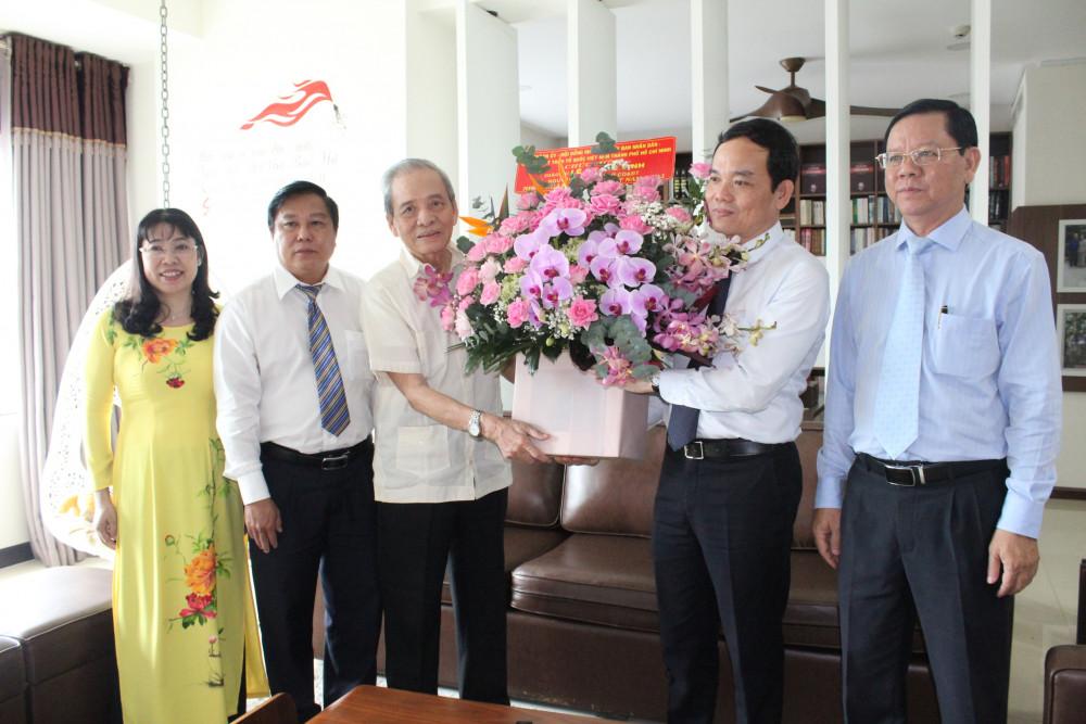 Đoàn Phó bí thư Thường trực Thành ủy Trần Lưu Quang đến thăm GS Lê Quang Vịnh - nguyên Giám đốc Sở GD-ĐT Thành phố