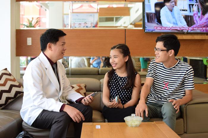 Thục và Thảo luôn cảm kích tấm lòng của Bác sĩ Tú Dung. Ảnh: BV Thẩm mỹ Hàn Quốc JW