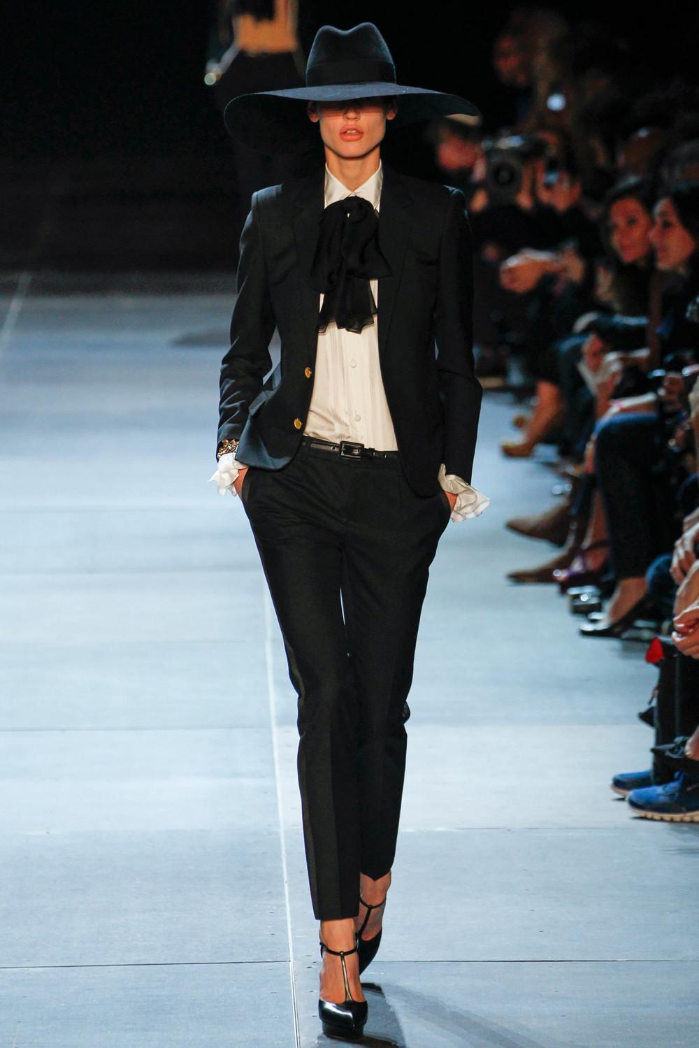 những dòng sản phẩm mang hơi hướm thời trang những năm 70 như mũ tròn, áo cổ nơ, đầm boho đen trở thành những sản phẩm bán chạy nhất của Saint Laurent khi trình làng bộ sưu tập mùa xuân vào năm 2013. Giám đốc sáng tạo  Hedi Slimane  đã pha trộn giữa nền văn hóa tuổi trẻ LA cùng chất neo-grunge đã mang đến những chiếc áo khoác da, giày Chelsea boots và quần skinny jeans – những items mang dấu ấn của anh rộng khắp toàn cầu.