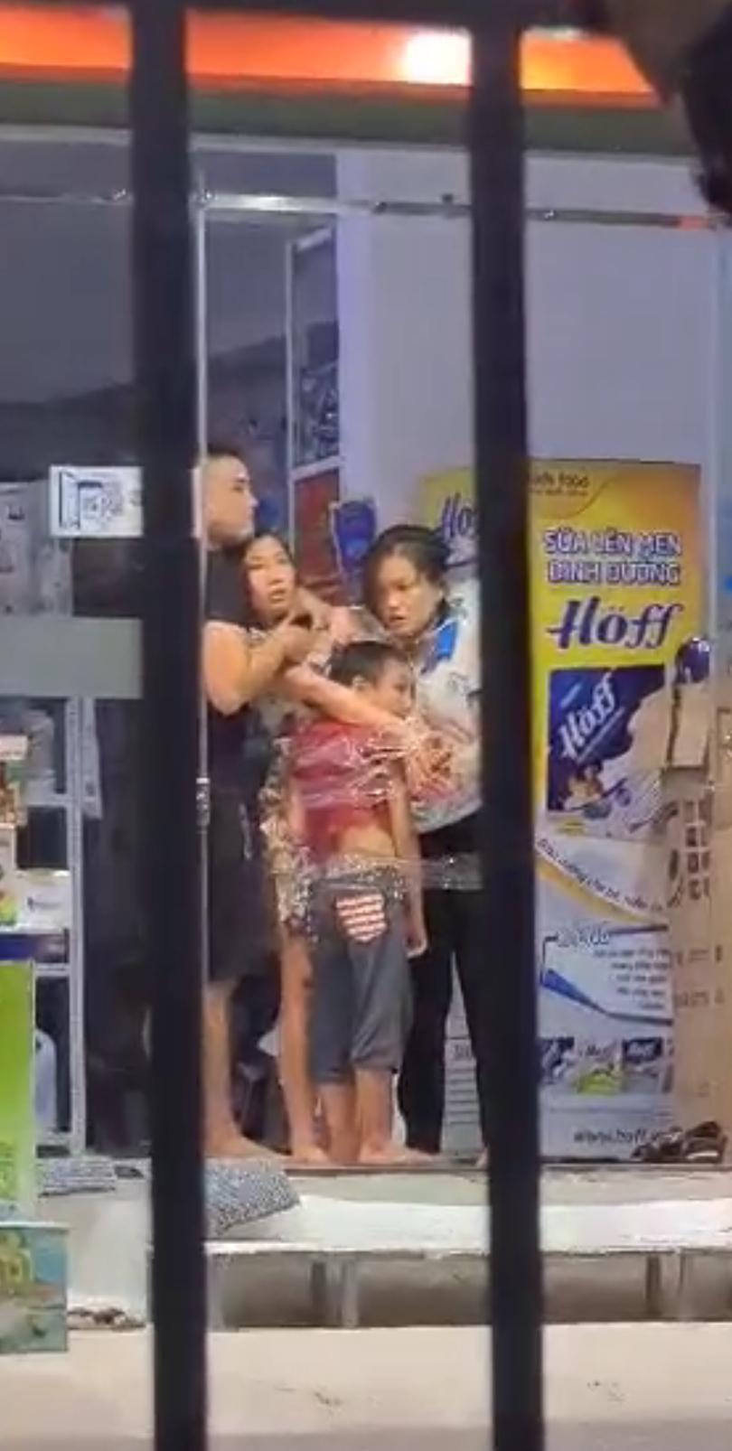 Hình ảnh Thái dùng dao khống chế 2 mẹ con cùng nữ nhân viên