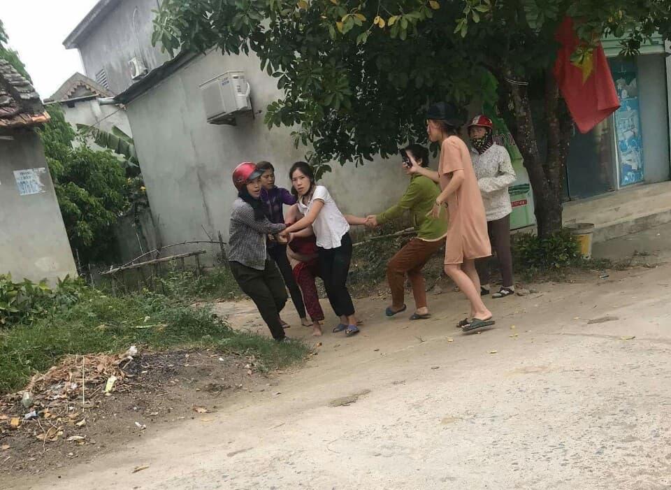 Bà H. bị nhóm người phụ nữ giật tóc, kéo trên đường