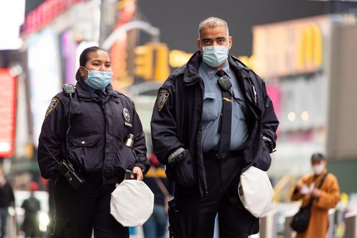 Nhân viên cảnh sát liên bang tuần tra tại Quảng trường Thời đại thành phố New York - Ảnh: Business Insider/Getty Images