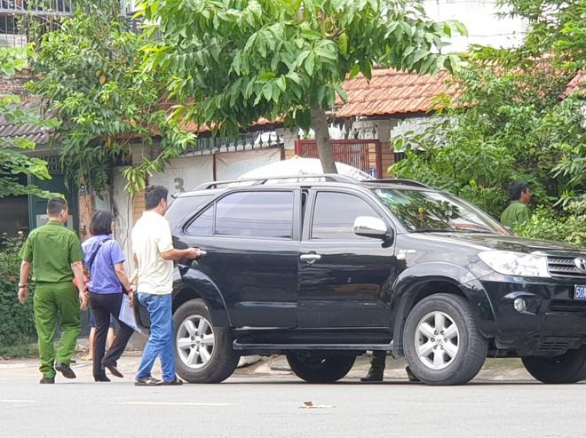 lực lượng chức năng tiến hành khám xét tại nhà nguyên phó chánh văn phòng Thành ủy TPHCM ở Q.Phú Nhuận sáng 21/11 - Ảnh: Đậu TIến Đạt/ TNO