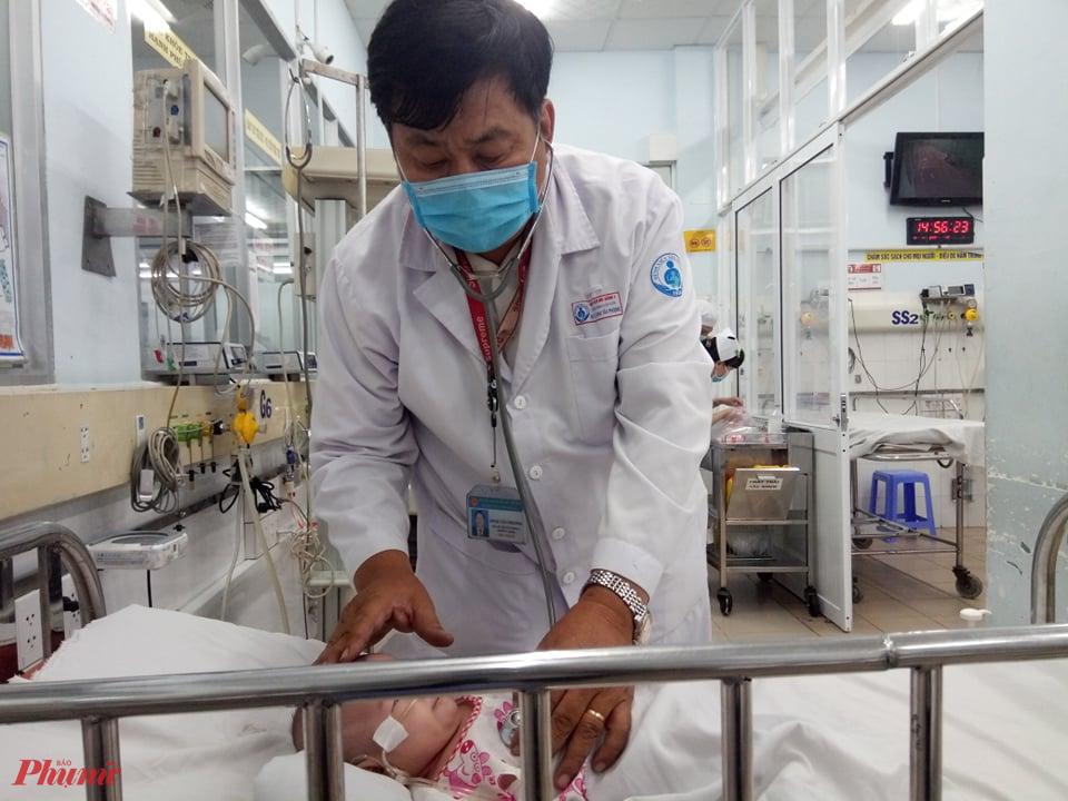 Bác sĩ Đinh Tấn Phương đang cấp cứu cho bệnh nhi