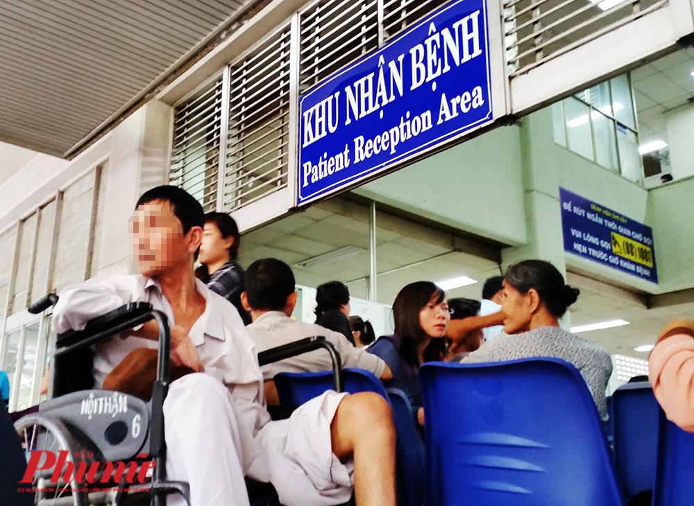 Bệnh nhân cao tuổi đến khám và điêu trị tại BV Chợ Rẫy