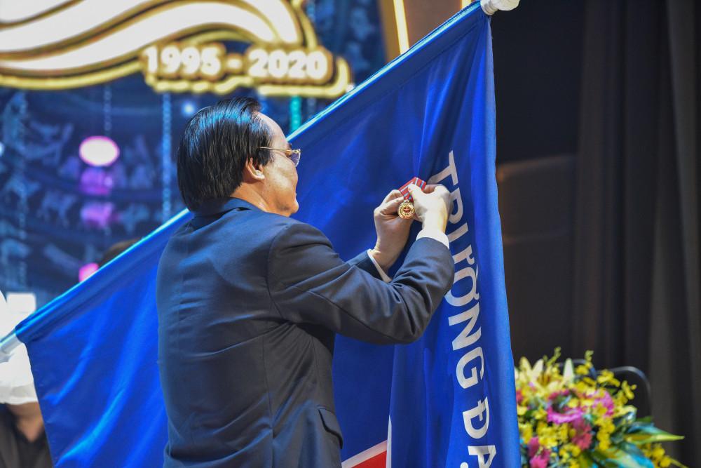 Thừa lệnh Chủ tịch Nước, Bộ trưởng Bộ GD-ĐT Phùng Xuân Nhạ trao tặng Huân chương Lao động hạng Ba cho trường này.