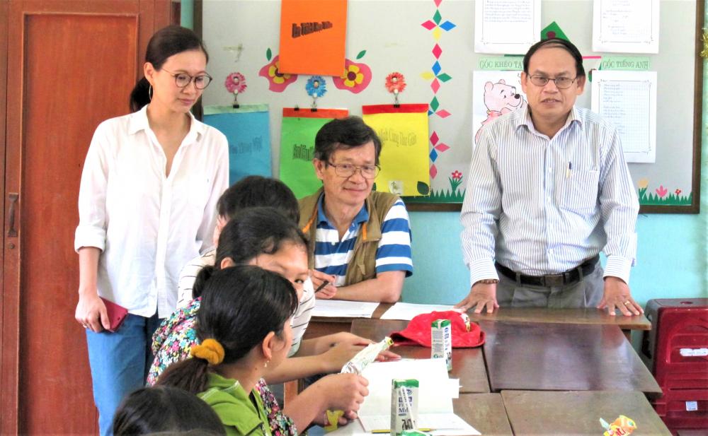 Giáo sư Michio (người mang kính, ngồi giữa) mỗi năm hai lần cùng các học trò Đại học Keio về thăm lớp học Ước mơ