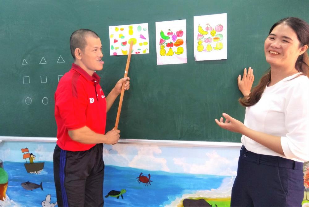 Các giáo viên như vui lây từ niềm vui của học trò