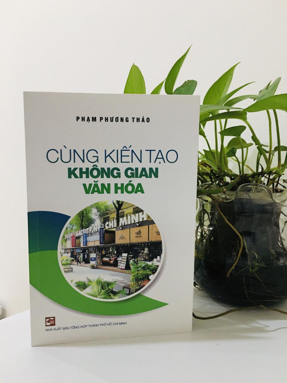 Cùng kiến tạo không gian văn hóa bao gồm 38 bài viết, là góc nhìn toàn diện của tác giả về những vấn đề liên quan đến văn hóa của TPHCM