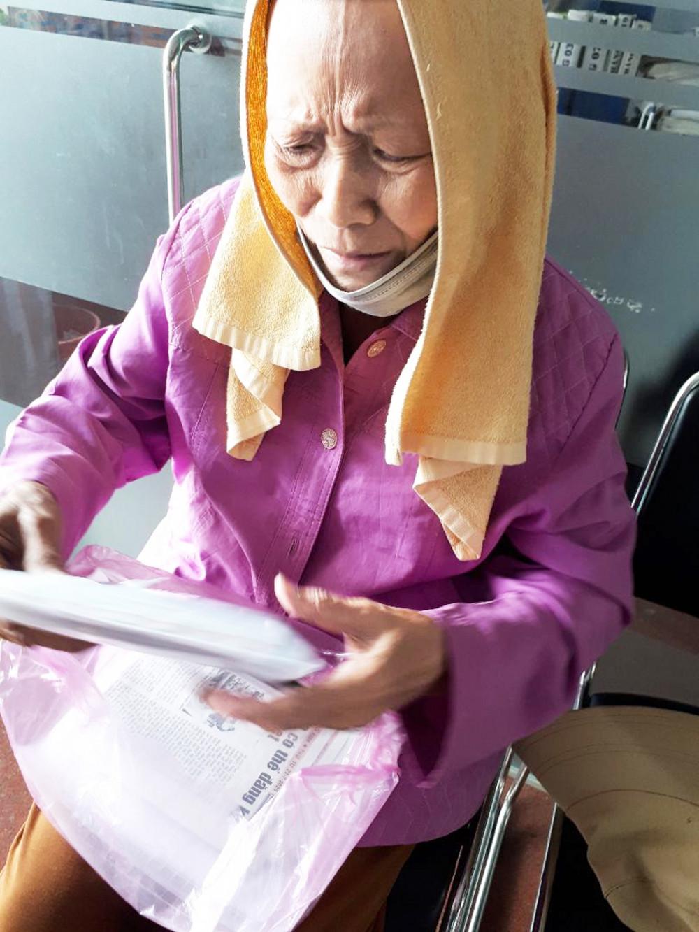 Sau khi xuất viện, bà Siêng không còn tiền đón xe về quê