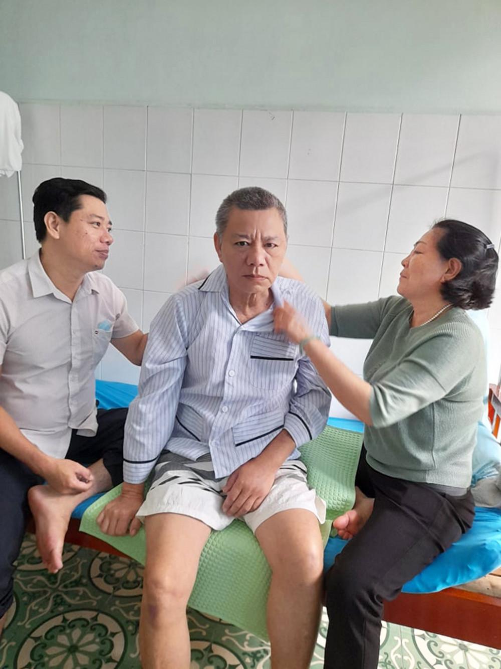 Sau khi ông Năm uống thuốc, bà Năm và con trai lớn thay phiên nhau vỗ lưng cho ông dễ chịu