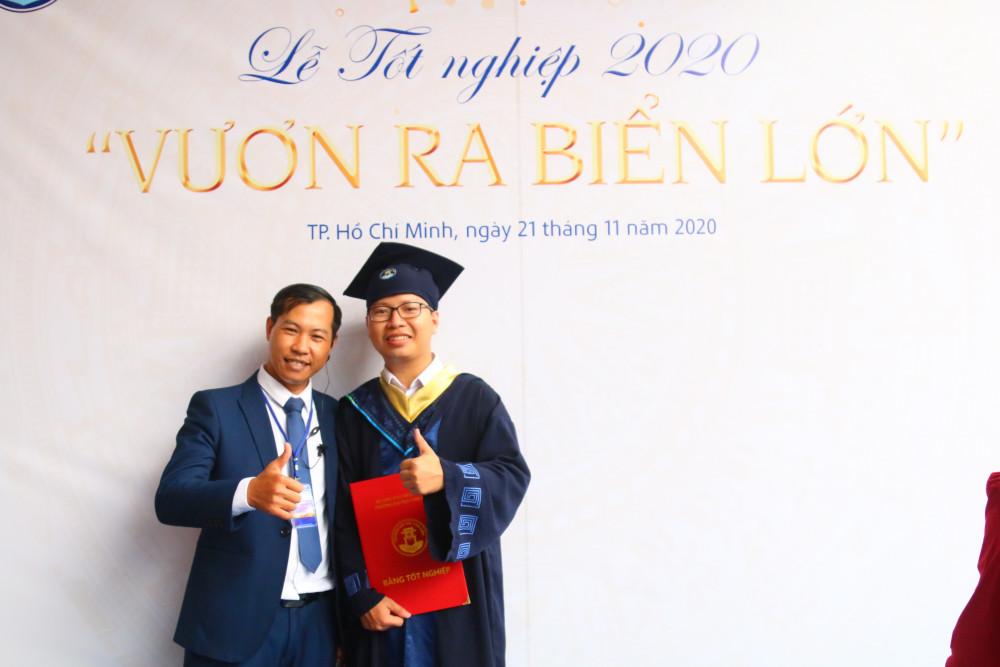 Phạm Tiên Hoàng cùng thầy giáo trong ngày nhận bằng tốt nghiệp