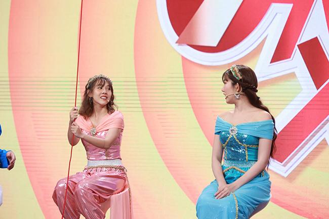 Hậu Hoàng (trang phục hồng) trong chương trình 7 nụ cười xuân