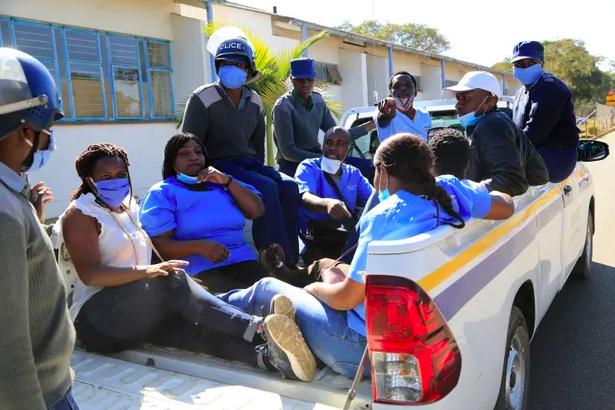 Các y tá ở Harare đầu năm nay đã bị cảnh sát bắt giữ sau khi phản đối đòi tăng lương ... các cuộc đình công thường xuyên khiến các bệnh viện thiếu nhân viên. Ảnh: Aaron Ufumeli /